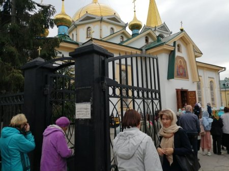 Гимназисты и их наставники совершили паломничество к ковчегу с частицей мощей святителя Спиридона Тримифунтского.